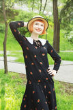 Ung kvinna i retro stil för klänning Arkivfoto