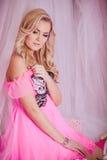 Ung kvinna i rosa färgmodekläder Arkivfoto