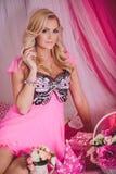 Ung kvinna i rosa färgmodekläder Fotografering för Bildbyråer