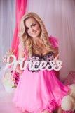 Ung kvinna i rosa färgmodekläder Royaltyfri Bild