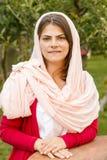 Ung kvinna i rosa halsduk arkivfoto