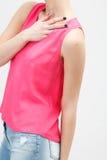 Ung kvinna i rosa kläder Fotografering för Bildbyråer