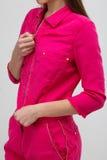 Ung kvinna i rosa kläder Royaltyfri Fotografi