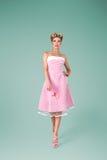 Ung kvinna i rosa tappningklänning fotografering för bildbyråer