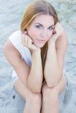 Ung kvinna i sanden Fotografering för Bildbyråer