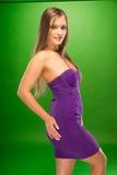 Ung kvinna i sexiga Violet Dress Side View Pose Fotografering för Bildbyråer
