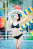 Ung kvinna i simbassängen, kvinna asia Thailand royaltyfri bild