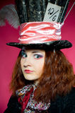 Ung kvinna i similituden av hattmakaren Arkivbild