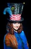 Ung kvinna i similituden av hattmakaren Royaltyfri Bild