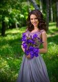 Ung kvinna i skog Royaltyfria Bilder