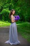 Ung kvinna i skog Royaltyfri Foto