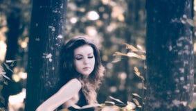 Ung kvinna i skogen Arkivfoto