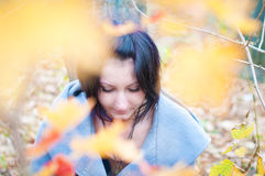 Ung kvinna i skogen Arkivfoton