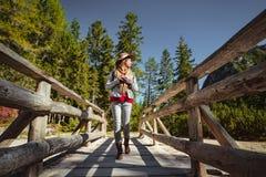 Ung kvinna i skogen royaltyfri fotografi