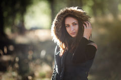 Ung kvinna i skogen med varm kläder Arkivbild