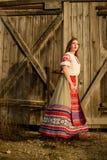 Ung kvinna i slavisk vitrysk nationell original- dräkt utomhus Arkivbild