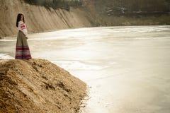 Ung kvinna i slavisk vitrysk nationell original- dräkt utomhus Arkivfoton