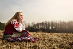 Ung kvinna i slavisk vitrysk nationell original- dräkt utomhus Arkivbilder