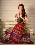 Ung kvinna i slavisk vitrysk nationell original- dräktstudio Royaltyfria Bilder