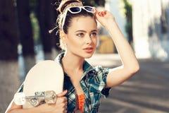 Ung kvinna i sommarklänning Arkivfoto