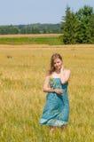 Ung kvinna i sommartidfält Arkivbild