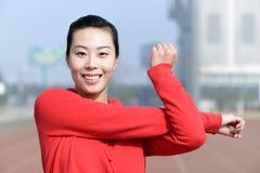 Ung kvinna i sportkläder som gör sporten Arkivfoto