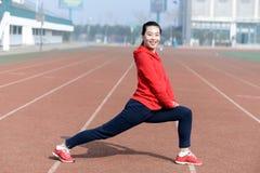 Ung kvinna i sportkläder som gör sporten Royaltyfri Bild