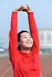 Ung kvinna i sportkläder som gör sporten Arkivbild