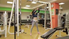 Ung kvinna i sportswearen som gör satta övningar lager videofilmer