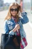 Ung kvinna i staden Royaltyfria Bilder