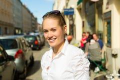 Ung kvinna i staden på sommaren royaltyfri bild