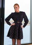 Ung kvinna i stucken klänning Royaltyfria Foton