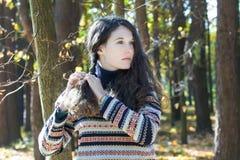 Ung kvinna i stucken ullig flätad tråd för tröjadanande royaltyfri fotografi