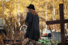 Ung kvinna i svart Arkivfoto