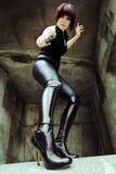 Ung kvinna i svartkläder och höga kängor Royaltyfria Bilder