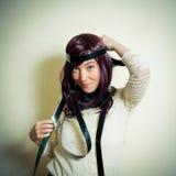 Ung kvinna i 70-talhippiestil som ler och poserar Arkivfoto