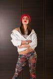 Ung kvinna i 90ties utformad dräkt royaltyfri bild