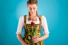 Ung kvinna i traditionell kläder - dirndl eller tracht fotografering för bildbyråer