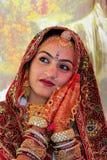 Ung kvinna i traditionellt klänningdeltagande i ökenfestival, Royaltyfri Bild