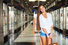 Ung kvinna i tunnelbana Royaltyfri Bild