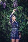 Ung kvinna i utomhus- främst G för kort färgrik klänningstående Arkivbilder