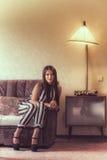 Ung kvinna i vardagsrumet Arkivfoton