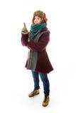 Ung kvinna, i varmt bekläda och att peka uppåt Arkivbilder
