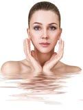 Ung kvinna i vatten med kristallklar yttersida Royaltyfri Foto