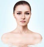 Ung kvinna i vatten med kristallklar yttersida Royaltyfri Fotografi