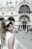 Ung kvinna i Venedig Italien arkivfoto