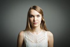 Ung kvinna i vit Arkivbilder