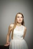 Ung kvinna i vit Arkivfoto
