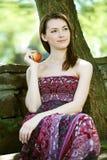 Ung kvinna med äpplet arkivbilder
