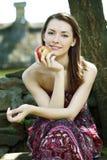 Ung kvinna med äpplet arkivbild